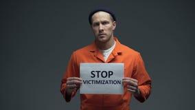 La tenuta caucasica del prigioniero ferma il trattamento violento del segno di vittimizzazione in prigione video d archivio
