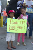 La tenuta dei bambini firma dentro Ferguson, Mo Fotografia Stock