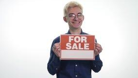 La tenuta del giovane firma il ` da vendere il ` su un fondo bianco video d archivio