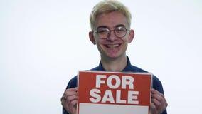 La tenuta del giovane firma il ` da vendere il ` su un fondo bianco archivi video