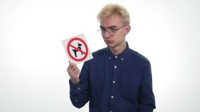 La tenuta del giovane firma il ` dell'entrata vietato cani del ` su un fondo bianco archivi video