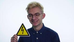 La tenuta del giovane firma il ` del pericolo del ` su un fondo bianco archivi video