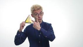 La tenuta del giovane firma il ` del pericolo del ` su un fondo bianco stock footage