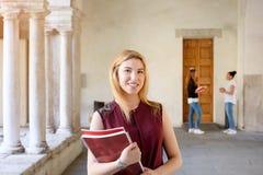 La tenuta del ritratto della ragazza dello studente prenota in sue mani immagine stock libera da diritti