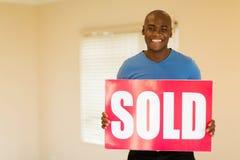 la tenuta dell'uomo ha venduto il segno Fotografia Stock