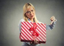 La tenuta della donna, contenitore di regalo di apertura, dispiaceva con cui ha ricevuto Fotografia Stock