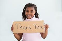 La tenuta della ragazza vi ringrazia firmare fotografie stock libere da diritti