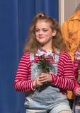 La tenuta diritta della ragazza di undici anni fiorisce in scena nel gioco della scuola Fotografia Stock Libera da Diritti