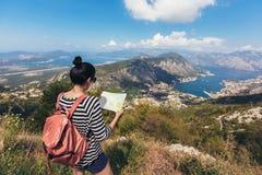 La tenuta e lo sguardo turistici tracciano sul viaggio, avventura di concetto di stile di vita, immagini stock