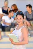 La tenuta sorridente della ragazza dello studente di college prenota l'estate Immagini Stock Libere da Diritti