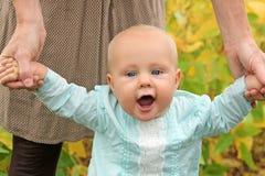 La tenuta sveglia della neonata genera la camminata delle mani Immagine Stock