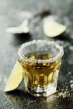 La tequila ha sparato con calce e sale marino sulla tavola nera Fotografia Stock Libera da Diritti