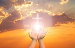 La terapia de la eucarist?a bendice a dios que ayuda a Pascua cat?lica arrepentida Lent Mind Pray Christian Human da la palma abi fotos de archivo