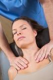 Terapia de Myofascial en hombros hermosos de la mujer Imagenes de archivo