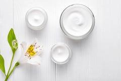 La terapia de relajación facial poner crema cosmética de la loción de la clínica de la belleza del skincare del cuidado de noche, imagen de archivo libre de regalías