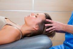 Dé masajes a la terapia en craneal oyen área del terapeuta Fotografía de archivo libre de regalías