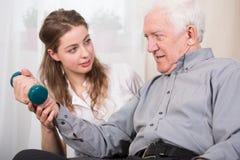 La terapia domestica dell'uomo più anziano fotografie stock libere da diritti