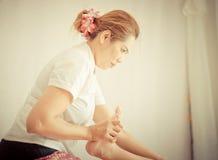 La terapia tailandese di massaggio sta allungando le gambe Immagini Stock Libere da Diritti