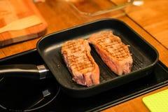 La ternera asada a la parrilla asó a la parrilla el filete, parrilla asada a la parrilla de la carne en foco selectivo Fotos de archivo libres de regalías