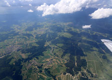 La terra da altezza del volo dell'aereo Fotografia Stock