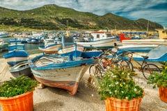 La terra delle bici e delle barche fotografia stock