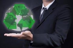 La terra di manifestazione dell'uomo con ricicla il logo Fotografie Stock