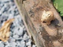 La terracota del cerdo en el espacio de cerámica de la loza de la loza de barro de la cerámica del ladrillo para escribe fotos de archivo libres de regalías