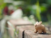 La terracota del cerdo en el espacio de cerámica de la loza de la loza de barro de la cerámica del ladrillo para escribe imagenes de archivo