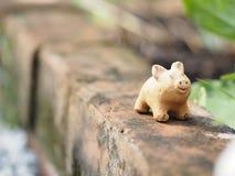 La terracota del cerdo en el espacio de cerámica de la loza de la loza de barro de la cerámica del ladrillo para escribe imágenes de archivo libres de regalías