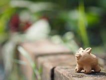 La terracota del cerdo en el espacio de cerámica de la loza de la loza de barro de la cerámica del ladrillo para escribe foto de archivo libre de regalías