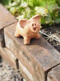 La terracota del cerdo en el espacio de cerámica de la loza de la loza de barro de la cerámica del ladrillo para escribe fotografía de archivo