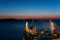 La terrasse avec la vue de caldeira chez Fira la nuit Photo stock
