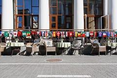 La terrasse du café de rue décorée des drapeaux de différents pays pendant la coupe du monde internationale de la FIFA 2018 à Vol Image stock