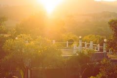 La terrasse ou le dessus de toit de la maison entouré avec la lumière verte naturelle et de coucher du soleil à l'arrière-plan à  photo stock