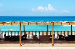 La terrasse près de la plage sur la mer ionienne à l'hôtel de luxe Photographie stock libre de droits
