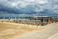 La terraza de un club de la playa a lo largo del bulevar en Scheveningen, Imágenes de archivo libres de regalías