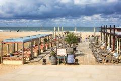 La terraza de un club de la playa a lo largo del bulevar en Scheveningen, Fotografía de archivo