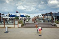 La terraza de un club de la playa a lo largo del bulevar en Scheveningen, Foto de archivo