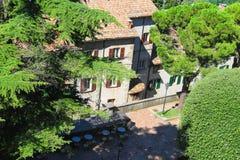 La terraza pintoresca en una ciudad italiana imagen de archivo