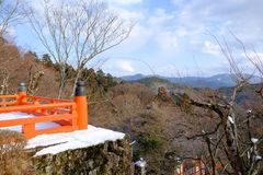 La terraza roja de madera en invierno Fotos de archivo libres de regalías