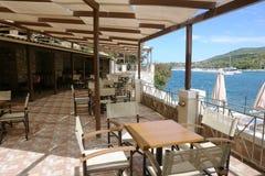 La terraza y las vistas panorámicas del mar jónico en Grecia Imagen de archivo libre de regalías