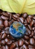 La terre avec le grain de café, y compris des éléments meublés par la NASA Photographie stock libre de droits
