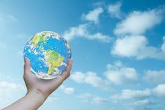 La terre avec les mains humaines au ciel à l'arrière-plan Concept Écologie d'éléments de cette image meublée par la NASA Photographie stock