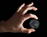 La terre binaire entre les doigts Photos libres de droits