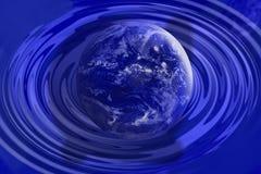 La terre bleue atterrissent dans l'eau avec des ondulations Photographie stock