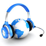 La terre bleue de globe avec les écouteurs et le microphone Images stock