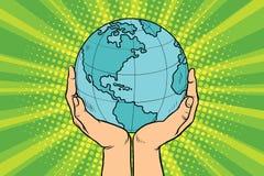 La terre bleue de planète dans des mains humaines Photos libres de droits