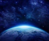 La terre bleue de planète, le soleil, étoiles, galaxies, nébuleuses, manière laiteuse dans l'espace peut employer pour le fond Images libres de droits