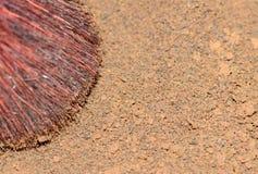 la terre Chaleur-sèche, marcs de café secs en gros plan et brosse photographie stock