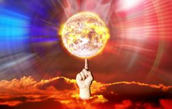 La terre chaude de rotation de doigt montrée la manipulation de la cause de puissance de contrôle photo libre de droits